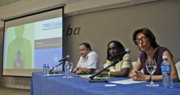Laura Melo  (D), representante del Programa Mundial de Alimento (PMA) en Cuba; Miguel Barreto (I), Director Regional de ese programa para América Latina y el Caribe;  e Iliana Núñez (C), Viceministra del  Ministerio de Comercio Exterior y la Inversión Extranjera (Mincex), durante la presentación del programa de País PMA Cuba 2015-2018, en el Hotel Meliá Cohíba, en La Habana, el 9 de julio de 2015.
