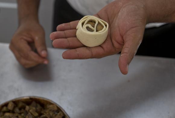 Pan de berenjena, listo para entrar al horno. Foto: Ladyrene Pérez/ Cubadebate.