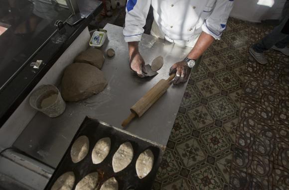El pan de café se aplasta por las puntas con el rodillo, al centro se deja que crezca. Foto: Ladyrene Pérez/ Cubadebate.