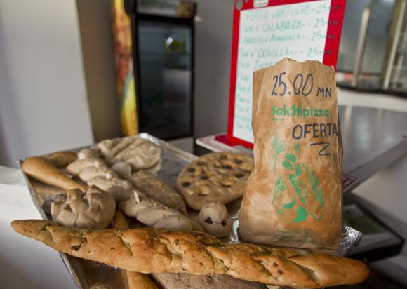 Algunas ofertas de Salchipizza.  Foto: Ladyrene Pérez/ Cubadebate.