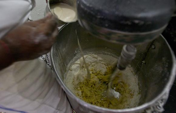 Preparación de la masa del pan de calabaza. Foto: Ladyrene Pérez/ Cubadebate.