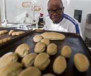 Alberto González, Maestro panadero de Salchipizza.  Foto: Ladyrene Pérez/ Cubadebate.