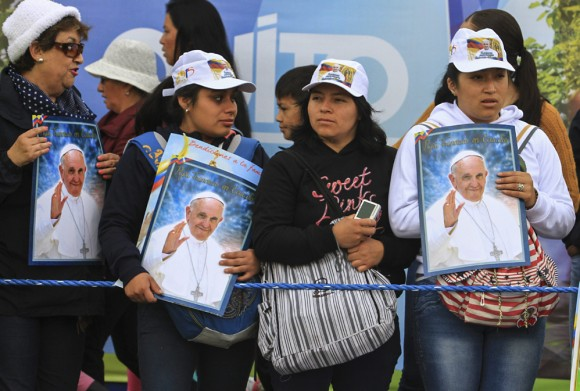 Miles de fieles esperan al Papa Francisco en el Parque Bicentenario, en Quito, Ecuador. Foto: Reuters.