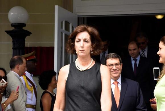 La Subsecretaria de Estado Roberta Jacobson asistió a la ceremonia en la Embajada Cubana, 20 de julio de 2015. Foto:  Bil Hackwell.