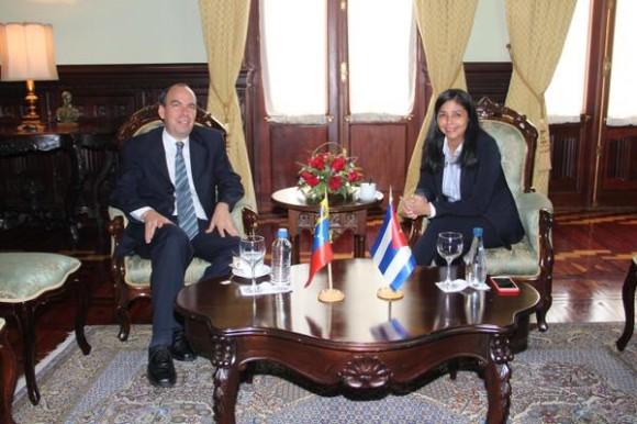 A la izquierda, el embajador cubano en Venezuela, Rogelio Polanco y a la derecha, la ministra de Relaciones Exteriores de esa nación, Delcy Rodríguez. Foto tomada del Correo del Orinoco