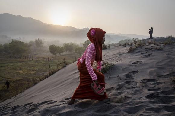 Una joven camina por las dunas de la playa Parangkusumo en Yogyakarta, Indonesia. Foto: Getty Images