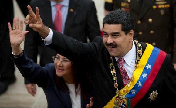 Nicolás Maduro y Cilia Flores, presidente y primera dama venezolanos, a su llegada a la Asamblea Nacional para la sesión especial por la conmemoración del Día de la Independencia. Foto: Ap