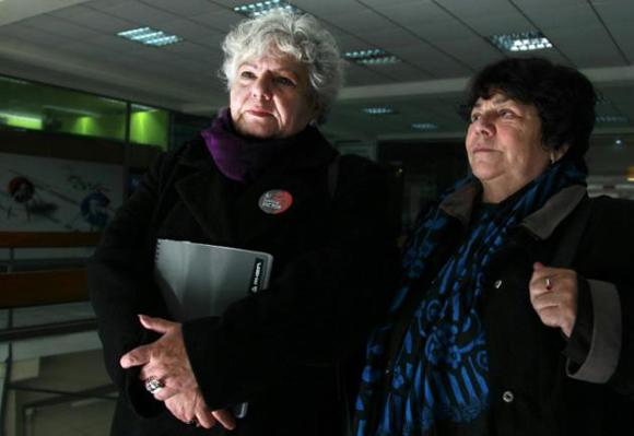 Veronica de Negri (izq), madre del fotógrafo Rodrigo Rojas de Negri, muerto durante la dictadura militar (1973-1990), y Alicia Lira, en Santiago, el 24 de julio de 2015.