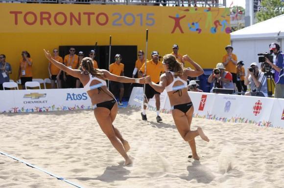 Las argentinas Ana Gallay y Georgiana Klug,  festejan su medalla de oro al vencer a la dupla de Cuba, integrada por Lianma Flores y Leila Martínez, en el  torneo de voleibol de playa de los XVII Juegos Panamericanos de Toronto, Canadá,  el 21 de julio de 2015.. AIN FOTO/ Roberto MOREJON RODRIGUEZ