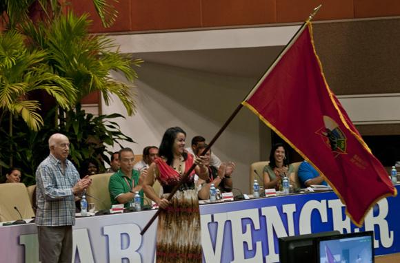 José Ramón Machado Ventura entregó la Bandera del Honor al aserrío La Baría. Foto: Ladyrene Pérez/ Cubadebate.
