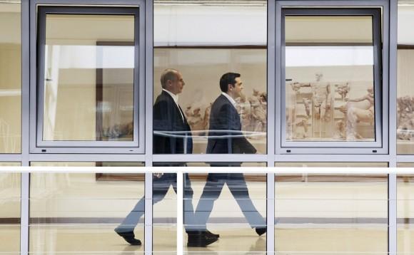 """""""Esa es una idea que el primer ministro (Alexis Tsipras) consideró que podría ser de potencial ayuda para alcanzar un acuerdo. Por esa razón abandono hoy el Ministerio de Finanzas"""", ha argumentado Yanis Varoufakis tras su dimisión. En la imagen Varoufakis (i) y Alexis Tsipras en Atenas el 27 de mayo de 2015. Foto: Reuters."""