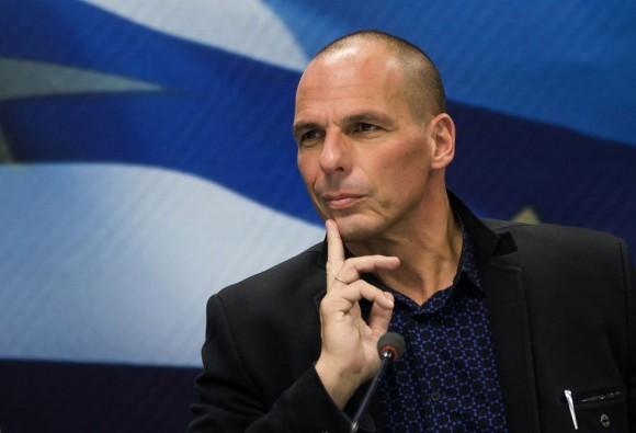El ministro de Finanzas de Grecia, Yanis Varoufakis, ha anunciado este lunes su dimisión porque cree que así puede ayudar al Gobierno a alcanzar un acuerdo con las instituciones europeas, horas después de la victoria del 'no' en el referéndum celebrado en el país heleno. En la imagen, Varoufakis tras ser nombrado ministro de Finanzas de Grecia, el 28 de enero de 2015. Foto: Reuters.