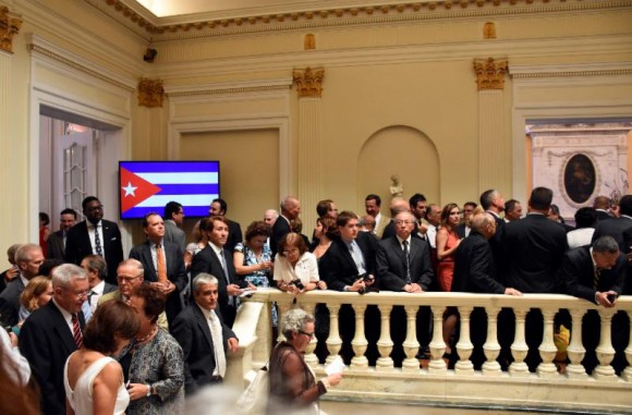 Abarrotada la Embajada cubana para la ceremonia de reapertura. Foto: Bill Hackwell.