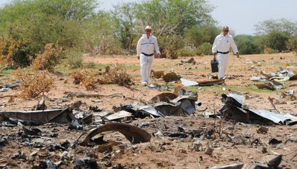 Dos forenses inspeccionan los restos del avión que se estrelló en Malí en julio del año pasado. Foto: Sia Kambou/ AFP