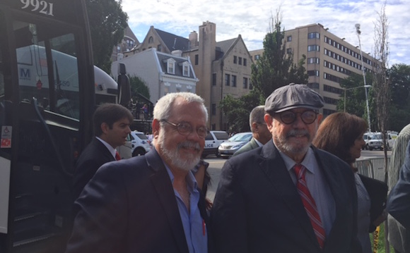 Raúl Álzaga (izquierda) y Silvio Rodríguez. Foto: José A. Delgado/ El Nuevo Dia
