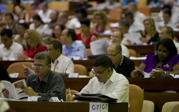 El Presidente cubano Raúl Castro Ruz asiste a la sesión plenaria de la Asamblea Nacional del Poder Popular de Cuba, que sesiona luego de tres intensas jornadas de trabajo por comisiones para abordar importantes problemáticas de la realidad de la isla caribeña. Foto: Ladyrene Pérez/ Cubadebate
