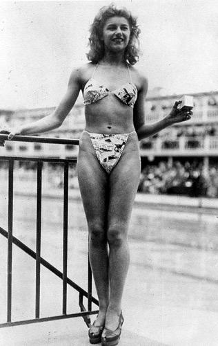 Micheline Bernardini. La primera mujer que se atrevió a colocarse el bikini diseñado por Louis Rèard, año 1946.