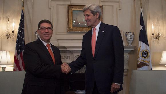 El Canciller cubano Bruno Rodríguez Parrilla y John Kerry, Secretario de Estado. Foto: Ismael Francisco/ Cubadebate