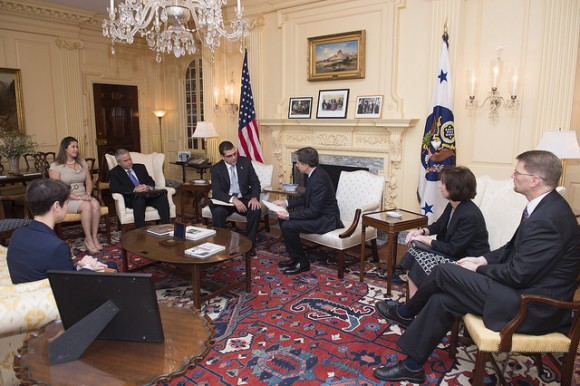 El diplomático cubano de más alto rango en Washington, José Ramón Cabañas Rodríguez, fue recibido también este miércoles, en el Departamento de Estado, por el secretario de Estado interino Anthony Blinken. Foto: Departamento de Estado/ Flickr