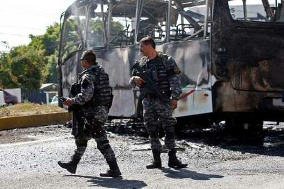 El primero de mayo pasado, el cártel Jalisco 'Nueva Generación' perpetró un brutal ataque en Guadalajara y zonas aledañas, donde bloquearon carreteras e incendiaron autobuses del servicio público. Foto: AP