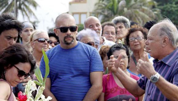 El actor Enrique Molina pronuncia las palabras de despedida a la destacada actriz Alina Ridríguez. Foto: Oriol de la Cruz/ AIN