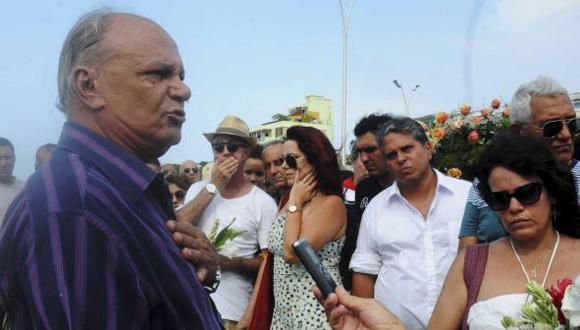 El actor Enrique Molina pronuncia las palabras de despedida a la destacada actriz Alina Rodríguez. Foto: Oriol de la Cruz/ AIN