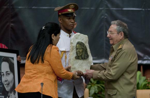 Obsequios a Fidel y Raúl en la jornada de clausura del X Congreso de la UJC. Foto: Ladyrene Pérez/ Cubadebate.