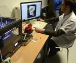 Un empleado prepara la impresión en 3D del cráneo de un paciente. Foto: AFP