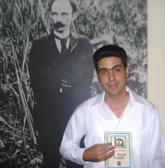 """Darío García Luzón el día en que defendió su tesis de Licenciatura, dedicada a la novela """"De Peña Pobre"""", de Cintio Vitier."""