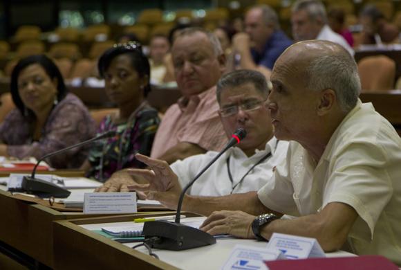 Santiago Lajes Choi, Presidente de la Comisión de Construcción, industria  y energía. Foto: Ladyrene Pérez/ Cubadebate.