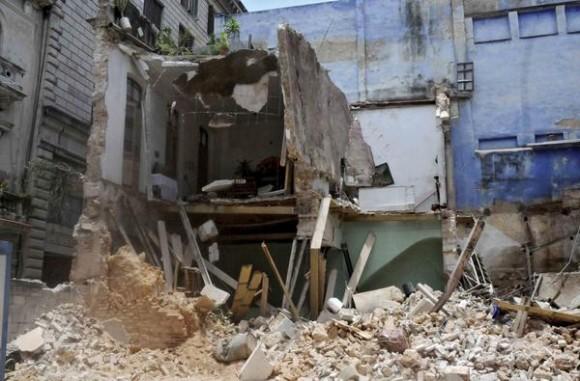 Derrumbe de un edificio de dos plantas, con saldo de 4 fallecidos, producido en la calle Habana, entre Obispo y Obra Pía,  en La Habana Vieja, en Cuba, el 15 de julio del 2015.  AIN FOTO/Oriol de la Cruz ATENCIO/