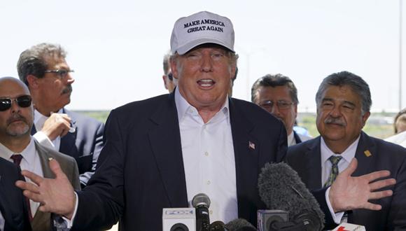 El candidato republicano Donald Trump durante una conferencia de prensa cerca de la frontera de México con Estados Unidos en la que calificó de peligrosos a los inmigrantes. Foto: Rick Wilking/ Reuters