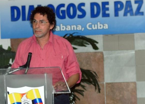 """Antonio Muñoz Lascarro, alias """"Pastor Alape"""", miembro de las FARC pronuncia un discurso previo al inicio de una nueva ronda de los diálogos de paz con el gobierno de Colombia. Foto: Xinhua"""
