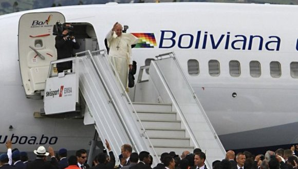 Papa Francisco a su llegada a Paraguay. Foto: EFE.