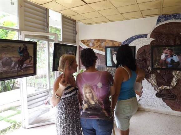 """Inaugurada exposición de Ismael Francisco """"Un año en fotos"""". Foto: Wilber Zada/ Radio SS."""