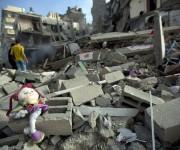 Una muñeca de una niña palestina permanece entre los escombros de un edificio destrozado tras el ataque aéreo israelí en una calle de Gaza, el 11 de julio de 2014. Foto: AFP.