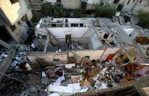Varias viviendas destrozadas por un ataque con cohetes en la zona palestina de Khan Younis, 10 de julio de 2014. Foto: Reuters.