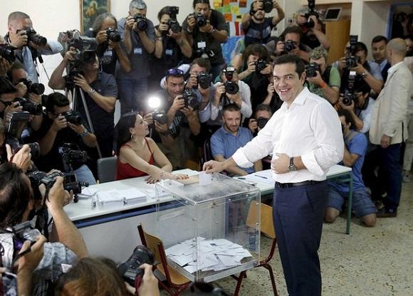 El primer ministro griego Alexis Tsipras desposita su voto del referendo convocado por él mismo sobre la aceptación o rechazo a las condiciones de negociación presentadas por sus acreedores. Foto: Reuters
