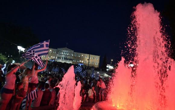 El primer ministro griego, Alexis Tsipras, ha comenzado ya a contactar con dirigentes europeos, entre ellos el presidente francés, François Hollande, según informa la televisión griega. En la imagen, los griegos celebran la victoria del 'no' tras el referéndum. Foto: LOUISA GOULIAMAKI (AFP)