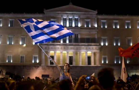 """La primera ministra polaca, Ewa Kopacz, consideró que si el resultado final del referéndum griego confirma los primeros datos """"a Grecia le queda probablemente solo un camino: salir de la eurozona"""". En la imagen, concentración de partidarios del 'no' ante el Parlamento griego. Foto: EMILIO MORENATTI (AP)"""