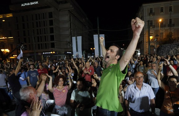 El 'no' ha ganado el referéndum griego de este domingo con un 61,24 por ciento, mientras que el sí obtiene el 38,76 por ciento, según datos oficiales difundidos por la empresa Singular Logic, encargada del recuento, y correspondientes al 52,97 por ciento del escrutinio. En la imagen, partidarios del 'no' en Atenas. Foto: ARMANDO BABANI (EFE/EPA)