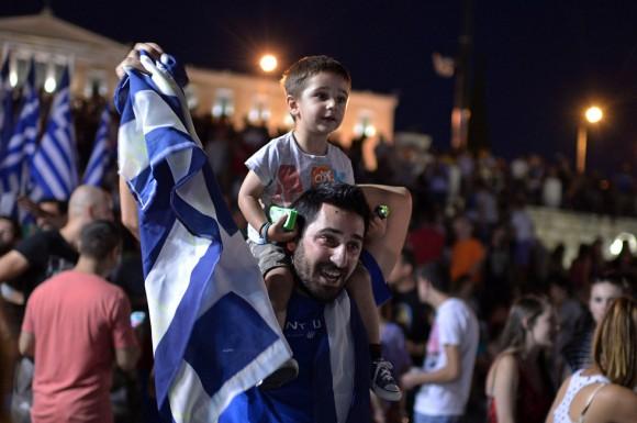 """Los griegos han enviado un """"no"""" rotundo a Europa al rechazar con una amplia mayoría la propuesta presentada por los acreedores y sobre la que se expresaron en el referéndum celebrado hoy en Grecia. En la imagen, jóvenes partidarios del 'no' celebran el triunfo en Atenas. Foto: MARKO DJURICA (REUTERS)"""