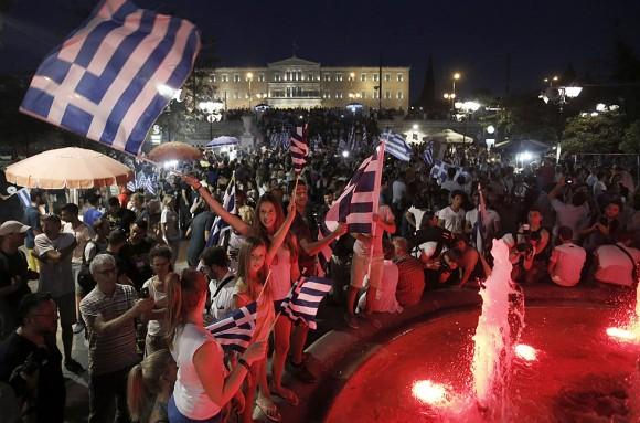 """El ministro de Exteriores italiano, Paolo Gentiloni, ha considerado este domingo """"justo"""" tratar de buscar un acuerdo con Grecia después de que el 'no' a la propuesta planteada por las instituciones se haya impuesto con más de un 60 por ciento en el referéndum convocado por el Gobierno de Alexis Tsipras. En la imagen, miles de griegos se concentran ante el Parlamento griego en Atenas. Foto: ARIS MESSINIS (AFP)"""