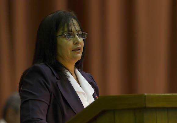 Diputada Grisel Castro Alfonso, presidenta de la Comisión de Asuntos Económicos de la Asamblea Nacional del Poder Popular, expuso el dictamen de la Comisión sobre el Informe de Liquidación del Presupuesto del Estado del año 2014. Foto: Ladyrene Pérez/ Cubadebate