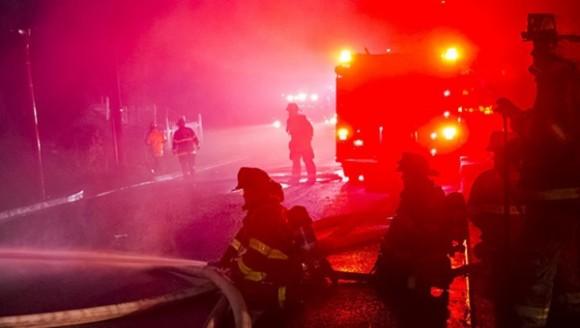 Los bomberos sofocaron las llamas del incendio. | Foto: Reuters