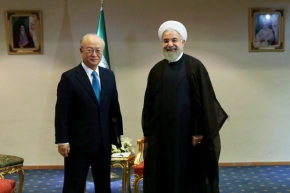 El presidente de Irán, Hassan Rouhani, (derecha), da la bienvenida al director general de la Agencia Internacional de Energía Atómica, Yukiya Amano, (izquierda) el 2 de julio de 2015. Foto: Ap