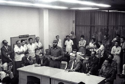 El Comandante en Jefe Fidel Castro Ruz, reunido con el Secretariado del Comité Central del Partido Comunista de Cuba en la sede del Periódico Hoy. Foto: Jorge Oller