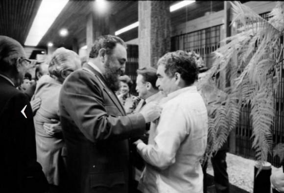 Fidel condecora con la Orden Félix Varela, al escritor colombiano Gabriel García Márquez. Foto: Jorge Oller.