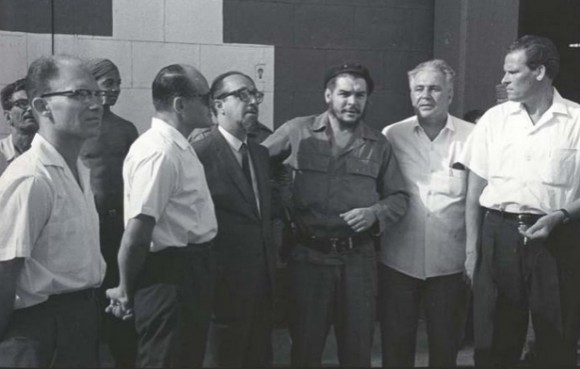 El Che y Carlos Rafael Rodríguez reciben a un grupo de técnicos soviéticos que arribaron al puerto de La Habana a bordo del buque Almirante Najimov. Foto: Jorge Oller.