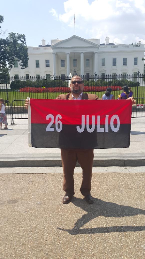 Alexis Leyva (Kcho) frente a la Casa Blanca.